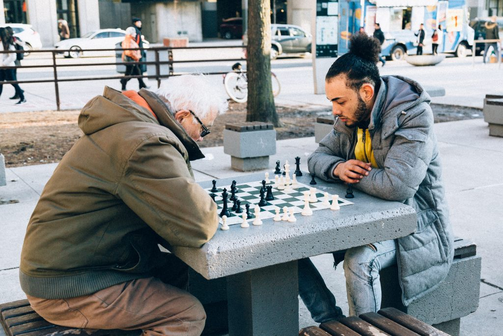 Mannen buiten aan het schaken